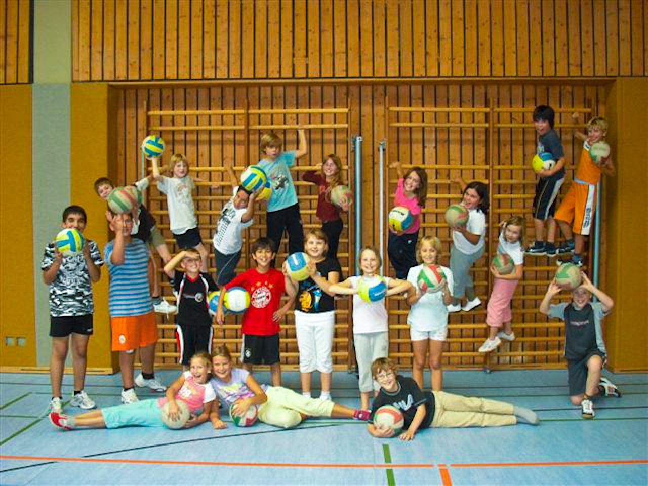 Regenbogenschüler absolvieren Volleyball-Schnuppertraining
